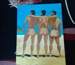 Trois hommes naturistes sur la plage